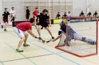 Rafi Huber (in Schwarz) versuchte sich mit seinem Teamkollegen vom EHC Bülach für einmal im Unihockey.