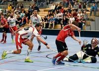 Die Bülacher Bemühungen zahlten sich aus. Hier beschäftigt Bülachs Samuel Müller den Frauenfelder Torhüter Remo Graf und Remo Fuchs. Am Schluss gewannen die Unterländer die wichtige Partie 5:2 und qualifizierten sich für die Playoffs.