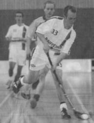 Bülach Floorball gibt in der NLB derzeit das Tempo an: Felix Eichenberger enteilt der Dietliker Verteidigung.