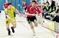 Bülach Floorball lässt sich nicht abfangen: der Schüpbacher Yvan Hofer verfolgt Bülachs Cornel Koller (rechts).