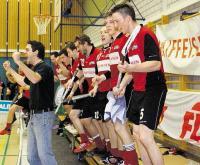 Freude herrscht bei den Bülach-Floorball-Spielern (links Cheftrainer Remo Manser) nach dem Erreichen der NLA-Aufstiegs-Playoffs durch den 3:2-Erfolg gegen Langenthal Aarwangen. (Daniel Zannantonio/pressebild.ch/Zürcher Unterländer)
