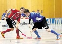 Im Junioren-Duell zeigt sich Bülach Floorball mit den favorisierten Jets, unangefochtener Leader der Gruppe, auf Augenhöhe. Hier nimmt Bülachs Samuel Müller (links) Jets-Akteur Nick Bregenzer ins Visier.