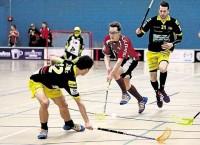 Bülach Floorball kommt nicht an den Flames vorbei: Hier stellt sich der Uznacher Maurice Bernet (links) Bülachs Sven Joller (Mitte) in den Weg.