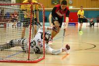 Cornel Koller gegen Goalie Marc Schönbucher. (Daniel Kellenberger/Tages Anzeiger, Regionalausgabe fürs Zürcher Unterland)